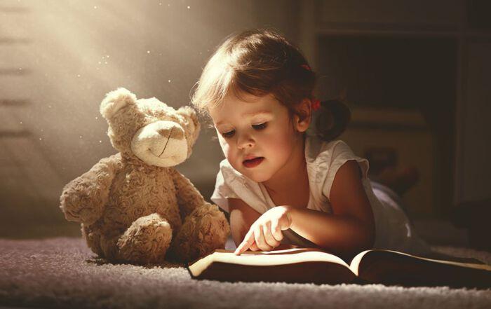 magisch boek lezen jongetje